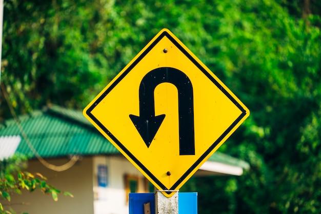 Símbolo de retorno e sinal de trânsito Foto gratuita