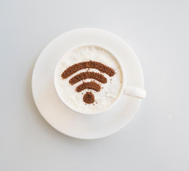 Símbolo de wifi desenhado na xícara no fundo liso Foto gratuita