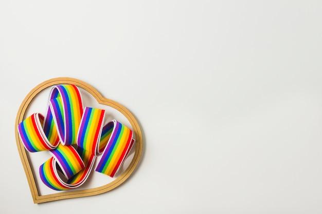 Símbolo do coração e fita nas cores lgbt Foto gratuita