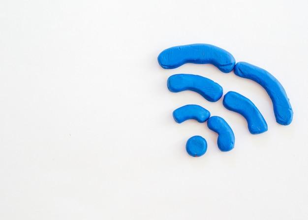 Símbolo wifi desenhado a partir de argila de modelagem com cópia-espaço Foto gratuita