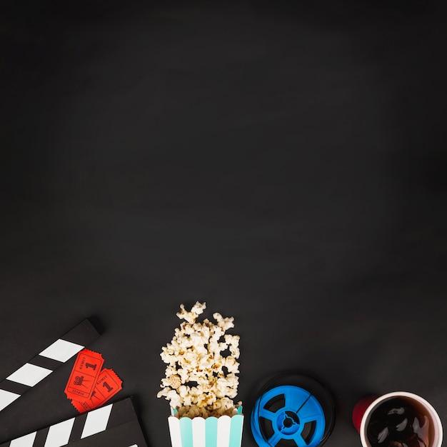 Símbolos de cinematografia no fundo preto Foto gratuita