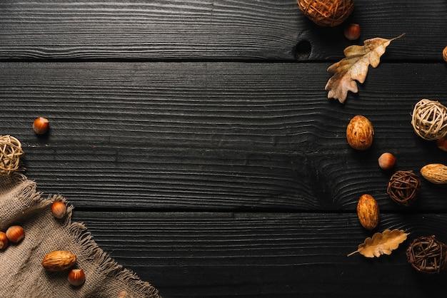 Símbolos de outono perto de pano Foto gratuita