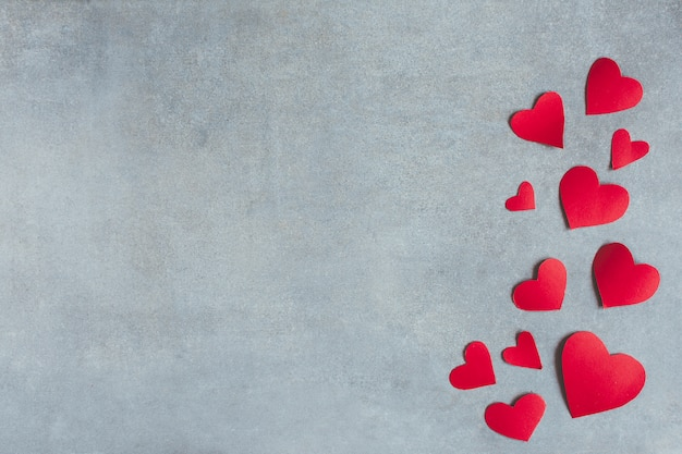 Símbolos de papel vermelho de coração Foto gratuita