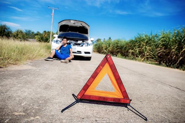Sinais de emergência na estrada com o céu. Foto Premium