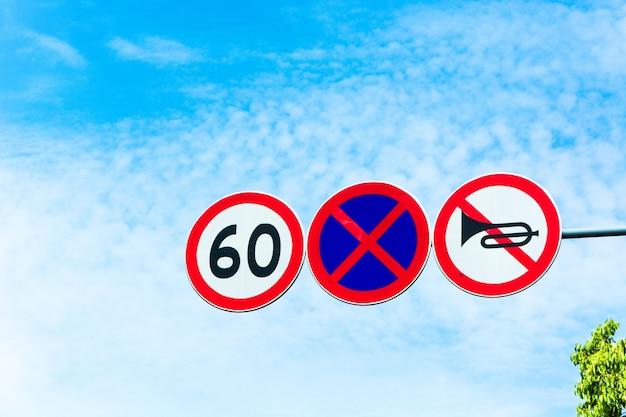 Sinais de trânsito de alerta de zona limite de velocidade Foto gratuita