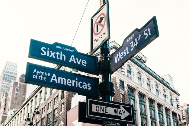 Sinais estrada, ligado, pilar, em, centro cidade Foto gratuita