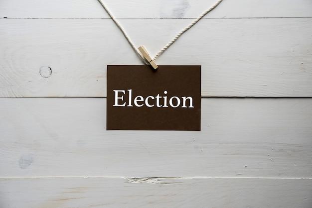 Sinal anexado a uma corda com eleição escrita nele Foto gratuita