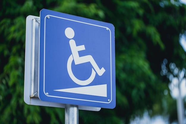 Sinal de caminho de inclinação de cadeira de rodas de pessoas com deficiência para suporte de deficiência Foto Premium