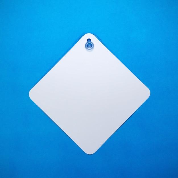 Sinal de carro em branco sobre fundo de papel azul Foto Premium