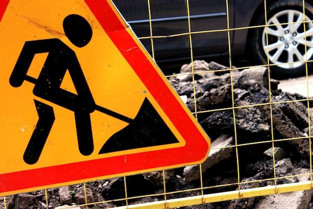 Sinal de construção de estradas, manutenção de estradas na rua da cidade Foto Premium