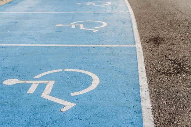 Sinal de estacionamento desativado pintado no chão, exemplo de integração de pessoas com menos mobilidade. Foto Premium