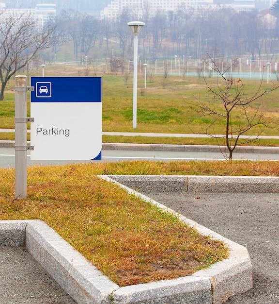 Sinal de estacionamento no parque no outono Foto Premium