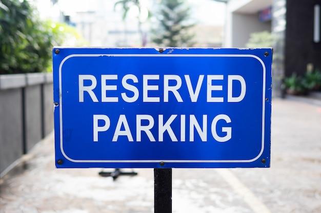 Sinal de estacionamento reservado, espaço reservado em um estacionamento de varejo Foto Premium