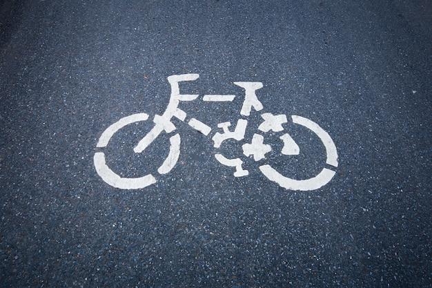 Sinal de estrada da bicicleta na estrada. Foto Premium