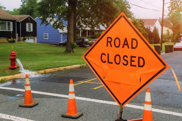 Sinal de estrada fechada no sinal de aviso de segurança, aplicando-se na área residencial pública Foto Premium