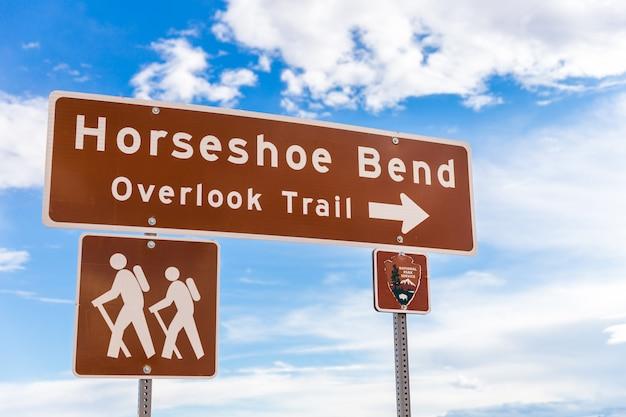 Sinal de horseshoe bend apontando para ignorar a trilha Foto Premium