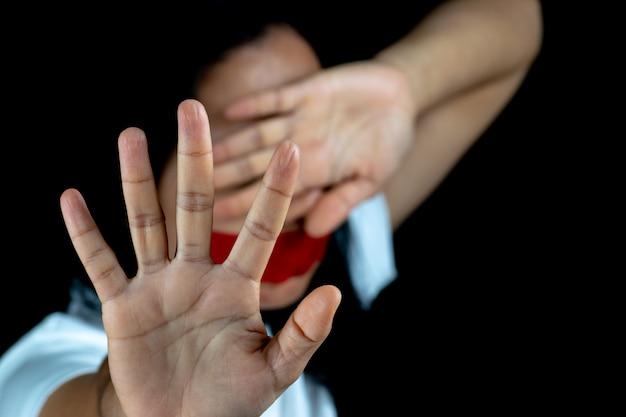 Sinal de mão de mulher para parar de abusar da violência Foto Premium