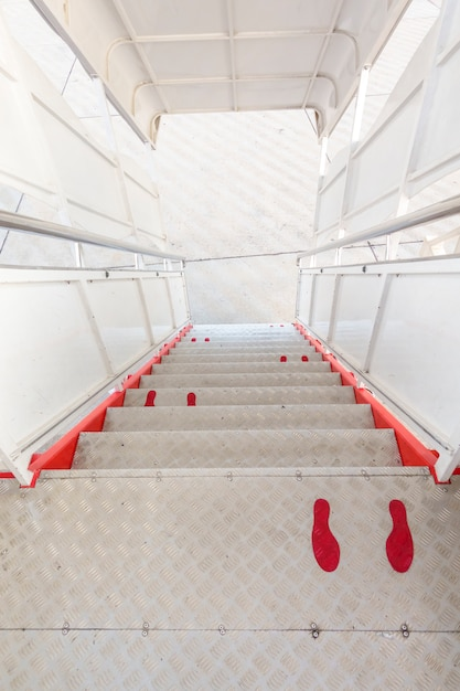 Sinal de pé no corredor do avião, protocolo de distanciamento social na aviação Foto Premium