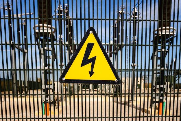 Sinal de perigo por eletrocussão na frente de uma instalação de transformadores elétricos. Foto Premium