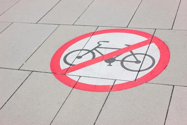 Sinal de proibição para ciclistas desenhados na estrada. Foto Premium