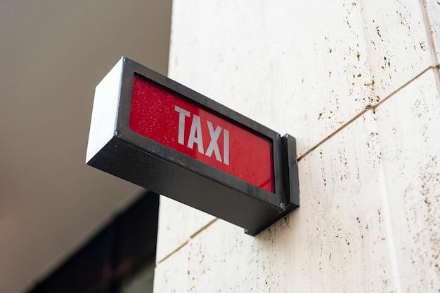 Sinal de táxi closeup fora do edifício Foto gratuita