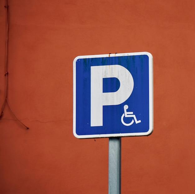 Sinal de trânsito de cadeira de rodas na rua Foto Premium