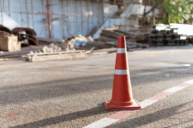 Sinal de trânsito de cone no canteiro de obras Foto Premium