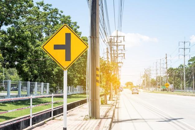 Sinal de trânsito na estrada na propriedade industrial, sobre a viagem com segurança Foto Premium