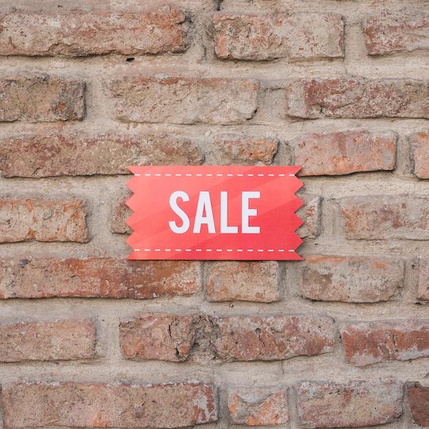 Sinal de venda na parede de tijolo Foto gratuita
