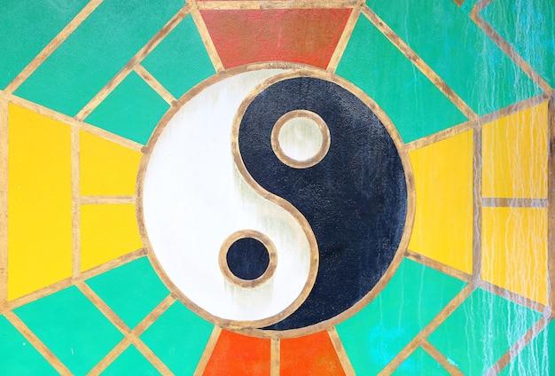 Sinal de yang do yin na parede do grunge do templo chinês em tailândia. Foto Premium