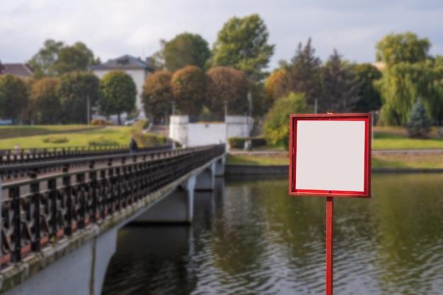 Sinal em branco no exterior da paisagem do parque da cidade em kaliningrado Foto Premium
