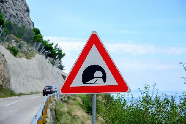Sinal estrada, anunciando, um, túnel, em, a, montanhas Foto Premium