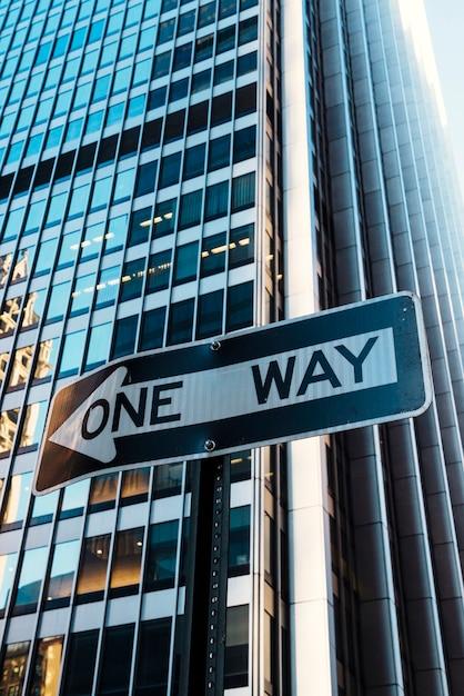 Sinal estrada, uma maneira, ligado, predios, fundo Foto gratuita
