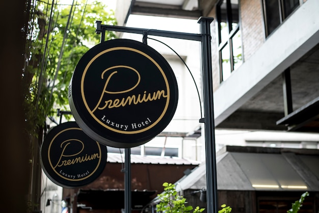 Sinal preto fora de um restaurante mockup Foto Premium