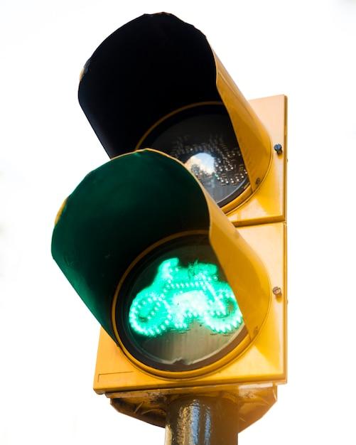 Sinal verde para bicicletas em semáforos amarelos contra um fundo branco Foto gratuita