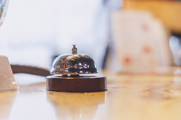 Sino de cervice em cima da mesa. conceito de negócio serve hoje hotel, cozinha ou bar visita. Foto Premium