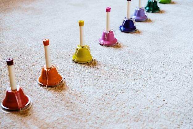 Sinos de cores musicais montessori para ensinar música para crianças. Foto Premium