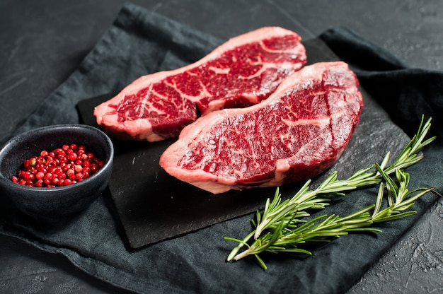 Sirloin um bife de carne crua. Foto Premium