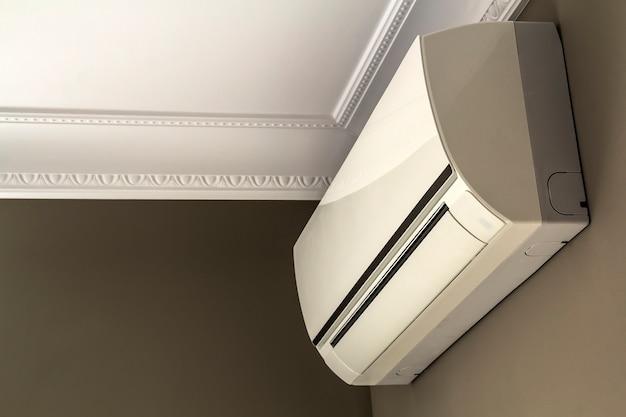 Sistema de ar condicionado fresco na parede escura no interior da sala Foto Premium