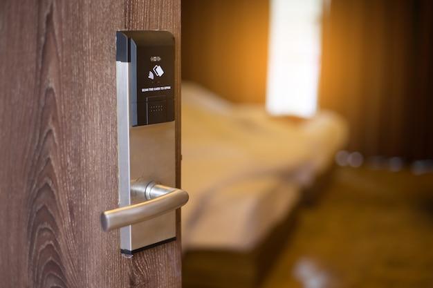 Sistema de bloqueio de chave de porta de cartão inteligente no hotel. Foto Premium