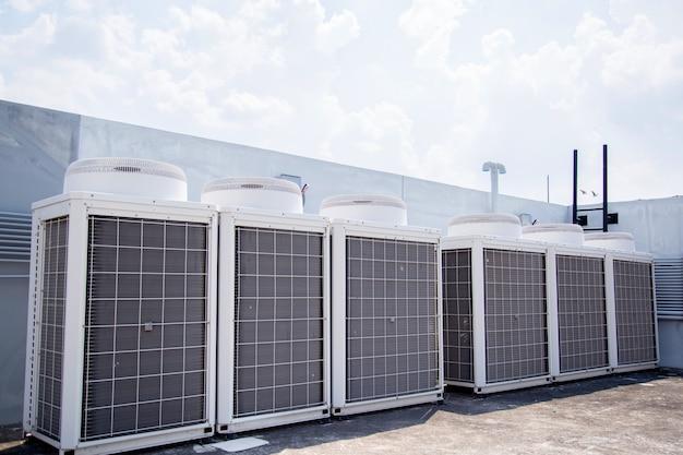 Sistema de condicionamento central definido no telhado do edifício Foto Premium