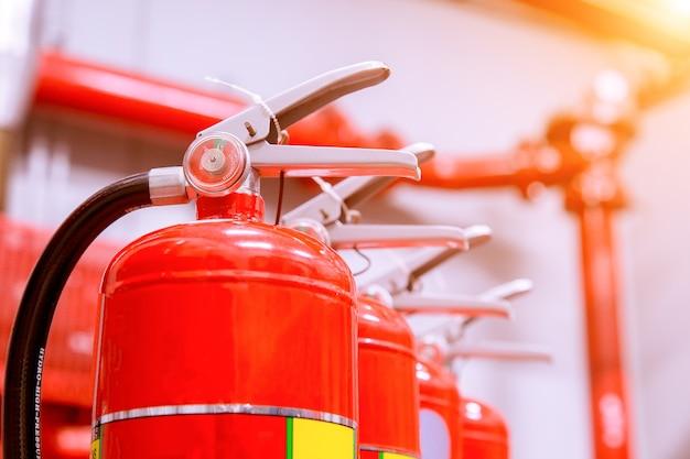 Sistema de extinção de incêndio industrial potente. Foto Premium