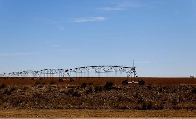 Sistema de irrigação do pivô na terra no deserto do arizona. Foto Premium