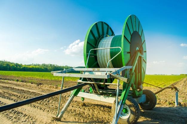 Sistema de irrigação para irrigação de culturas agrícolas com um grande enrolador de mangueira. Foto Premium