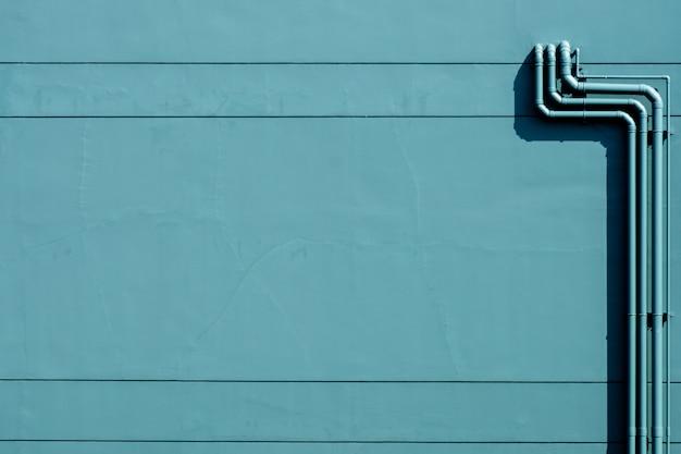 Sistema de tubulação de água plástica instalado no prédio de concreto verde Foto Premium