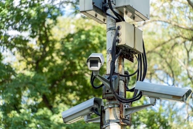Sistema de videovigilância com várias câmeras no parque Foto Premium