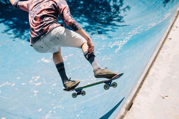 Skater saltando na rampa Foto gratuita