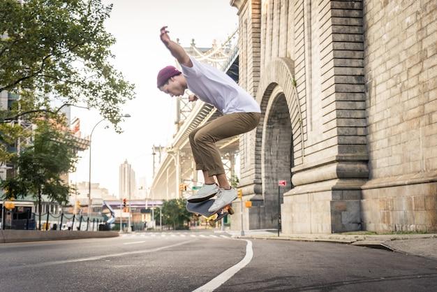 Skatista treinando em um parque de skate em nova york Foto Premium