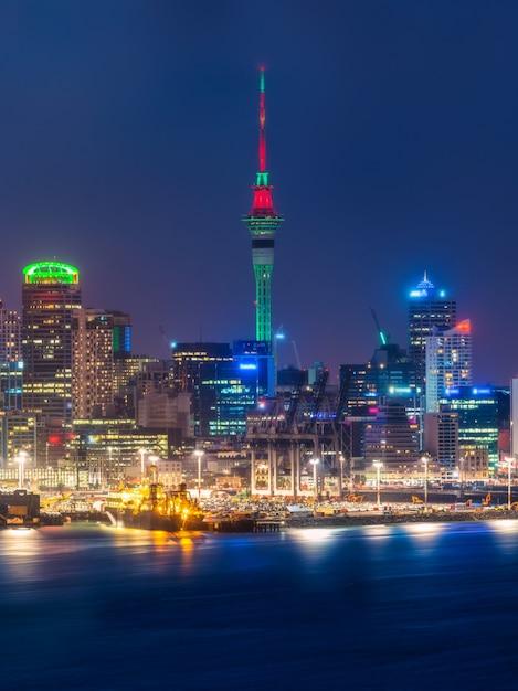 Skyline da cidade de auckland à noite Foto Premium