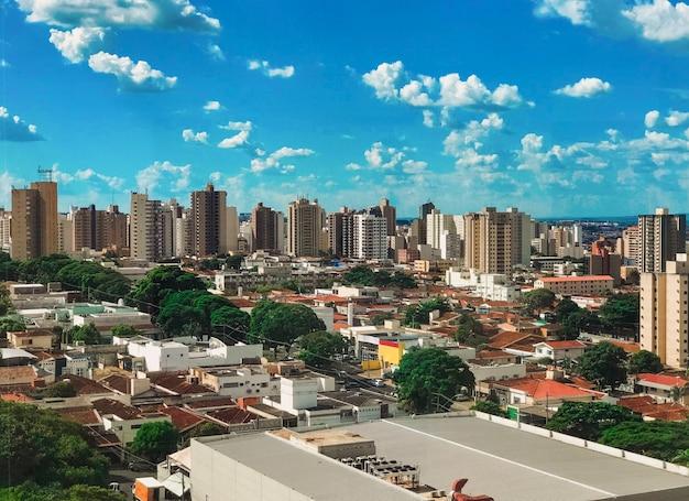Skyline da cidade de ribeirão preto ao pôr do sol, são paulo, brasil Foto Premium